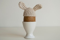 Simple bunny egg cosy, free pattern by Alessandra Taccia