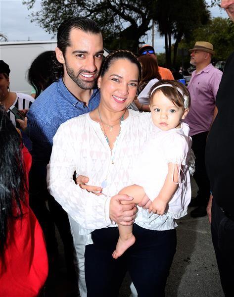 """Adamari López asiste con Toni Costa y su hija Alaia a celebrar """"Las Fiestas de la Calle"""", evento que reúne a los puertorriqueños en Miami, el 16 de enero de 2016.¿Nos sigues en Twitter?"""