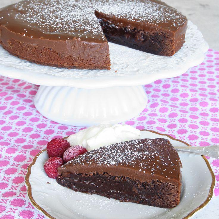 En riktigt lyxig, läcker chokladtårta med en fantastiskt god mjölkchokladkolakräm på toppen. En riktig tiopoängare!