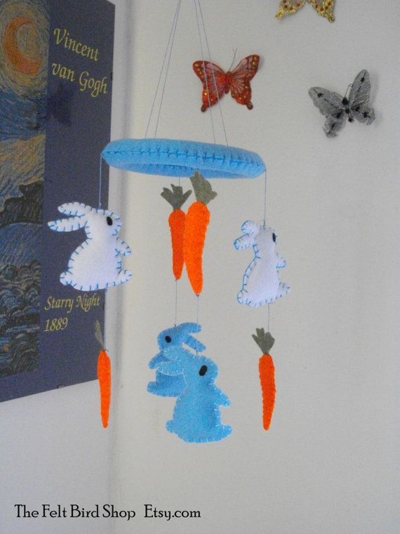 Giostrina con coniglietti e carote in feltro. di TheFeltBirdShop
