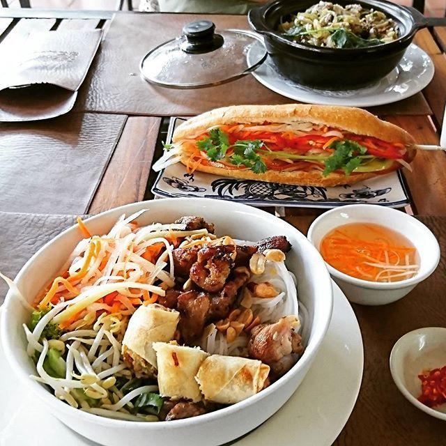 本場カンボジアでボブン🇰🇭 カンボジアは料理もフルーツも驚く程美味しい🤤そして安い!! ボブン好きにはたまらない国😆  また行きたいな🇰🇭 #カンボジア  #シェムリアップ  #スープドラゴン  #ボブン  #ピーナッツ がまたタマランノデス🤤 #なます #もやし は生 #毎日食べたい #パリボブン部 ほしい #バインミー も大好物 #ベトナムサンドイッチ #ネム と#肉 の美味しさで決まる #カンボジア料理  #グルメ #食いしん坊 #旅  #バンコク から一時間 #bobun #cambodia