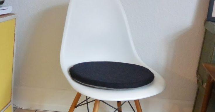 Jeg kunne ikke lade uldfilten  være særligt længe. Jeg fik staks syet en hurtig rund hynde til min Eames stol med mørkegrå på den ene...