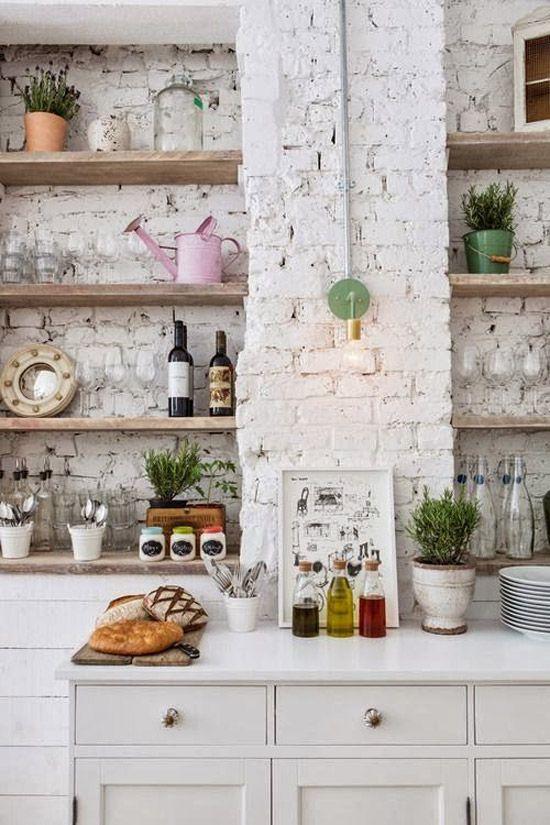Keukens met witte bakstenen muur