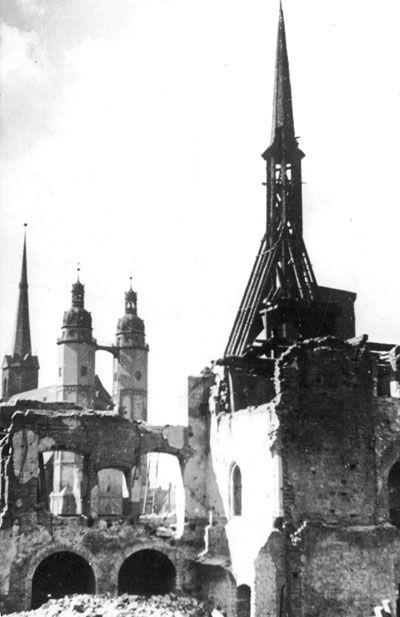 zerstörtes Rathaus, im Hintergrund die Hausmannstürme der Marktkirche zu Halle Saale