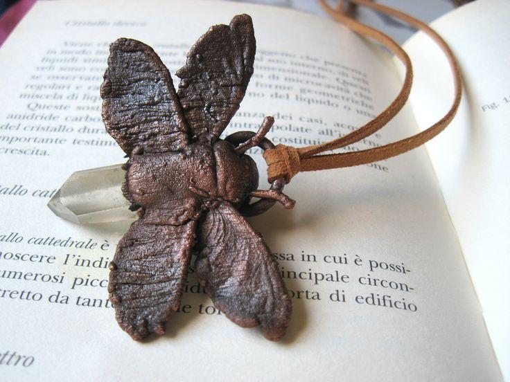 Ciondolo farfalla con quarzo ialino - collana falena in rame ossidato con punta di cristallo laser - elettroformatura - gioielli con pietre di Loonharija su Etsy