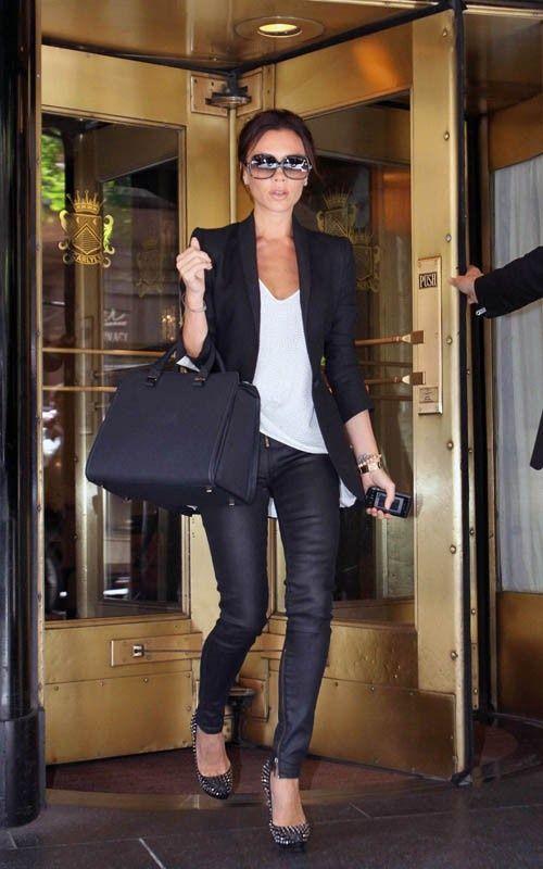 Para quem precisa de inspiração para modernizar os looks de trabalho, a estilista Victoria Beckham é uma ótima referência! Com algumas peças-chave, el...
