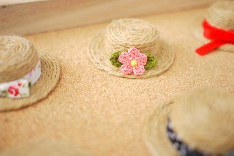 たまりにたまったペットボトルのキャップをリメイクして、夏らしい麦わら帽子を作りました。 たくさん作ったので、セリアのケースに入れて飾...
