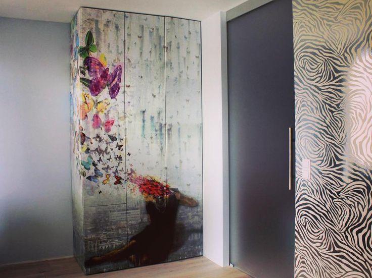 Proces produkcji zaczął się jeszcze na długo przed zleceniem pocięcia formatek. Założenie było proste zrobić coś nie powtarzalnego trochę szokującego a jednocześnie z pewnym wysublimowanym smakiem. Zarówno projekt i realizacja nasza. Czekamy na opinie. Pozdrawiamy #szafa #wardrobe #meble #furniture #styl #grafika #fototapeta #projekt #realizacja #drewno #wood #instasize #photo #dom #home #mieszkanie #newwardrobe #warsaw #warszawa #poland #polska #likeit