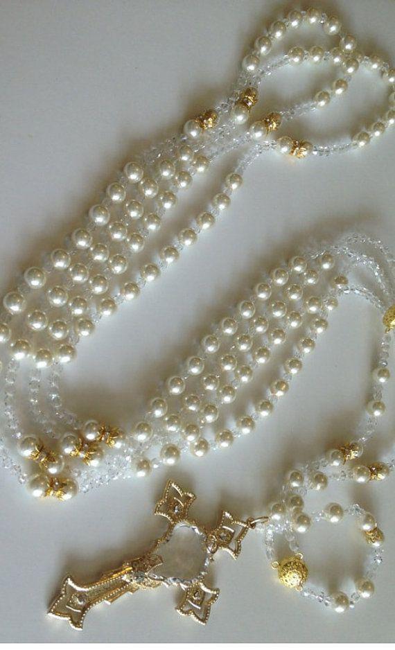Perlas de cristal Swarovski tamaño 10mm, crema color y acabados con cristales bicono. Se trata de una boda lazo sin imágenes religiosas:, dos impresionantes anillos de perlas de cristal común por el pedazo de centro hermoso, destinado al uso durante la bendición del matrimonio., medidas: cada lazo es 45 alrededor y el lazo es 41 desde arriba hacia abajo. La Cruz es de 4 de alto y 2.5 ancho... y está decorado con una pieza focal de Swarovski en el centro de este hecho a mano cruzada. La Cruz…