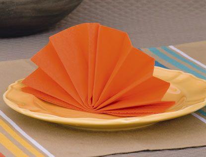 Surprenez vos invités et donnez du style à votre table en pliant les serviettes. Découvrez comment faire le plus connu des pliages : l'éventail.