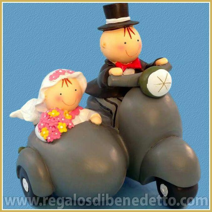 Dónde irán la pareja de #novios Pit y Pita en Moto Sidecar?... - Divertida figura para #Tarta de #Bodas que es una hucha. • #Weddings #CakeTopper