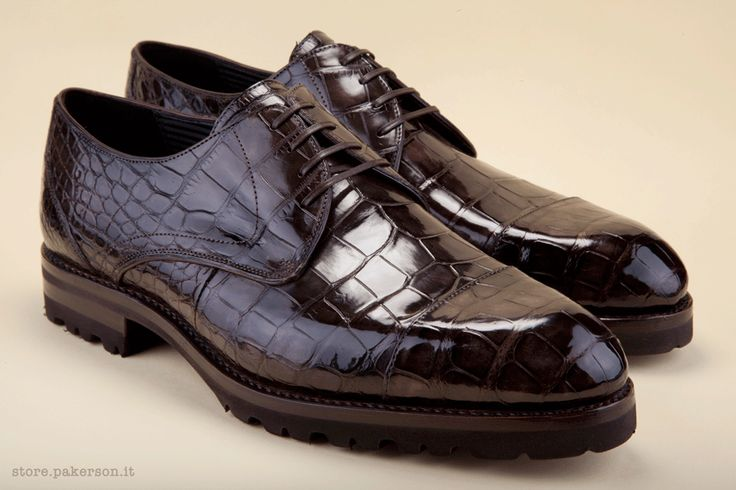 Men's brown Derby-style lace-up, hand made in  Alligator mississippiensis, a precious leather that exalts the unique sophistication of the design of this shoe.  - Scarpe marroni allacciate maschili, modello derby, realizzate artigianalmente in vero Alligatore Mississippiense, una pelle preziosa che ne esalta la raffinata unicità.