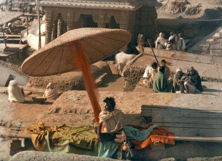 Sulle sponde del Gange Fotografia di Jules Gervais Courtellemont, National Geographic  Un fachiro siede sulla sponde del sacro fiume Gange a Benares (oggi Varanasi), in India. La foto fu pubblicata su National Geographic nel 1926 nell'ambito di un servizio sull'India.