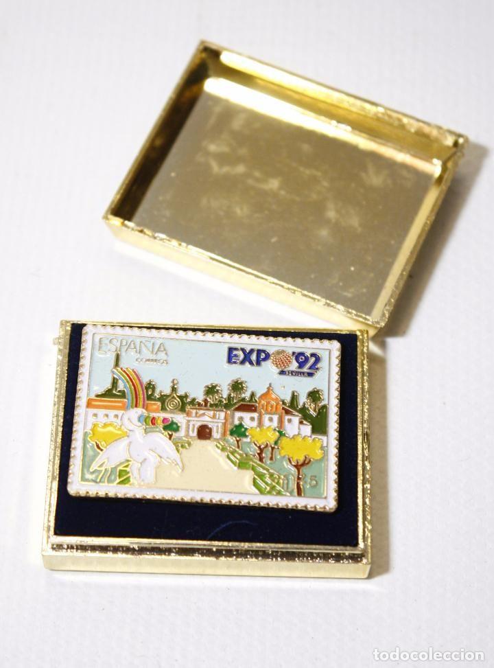 PIN DE LA EXPO 92 1992 SEVILLA. MASCOTA CURRO. SELLOS CORREOS. PINTADO A MANO (Coleccionismos - Pins)