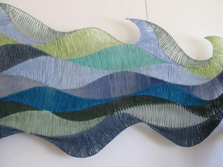 Käsinkudottu seinätekstiili (osa). Tekstiili on sijoitettu Ekamin Malmingin kampuksen käytävään.