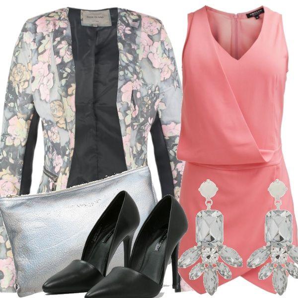 Un outfit  elegante per occasioni non troppo formali.  Raffinato ma di carattere l'abbinamento della tuta jumpsuit rosa al blazer grigio a fiori con inserti in pelle nera.  Aggiungiamo décolleté nere, pochette e orecchini in argento per dare personalità al look.
