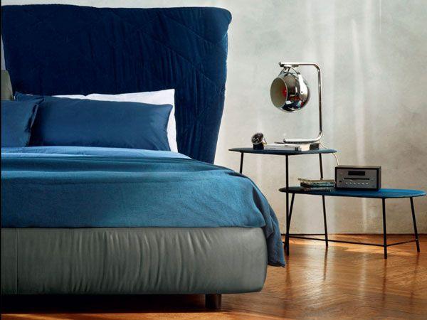 Piccoli e integrati nel letto. I comodini nella camera da letto sono importanti. Ma come sceglierli? http://www.arredamento.it/notte/camera-da-letto/como-e-comodini/comodini-piccoli.html #comodini #consiglicameradaletto #zonanotte Roche Bobois Italia Maisons du Monde