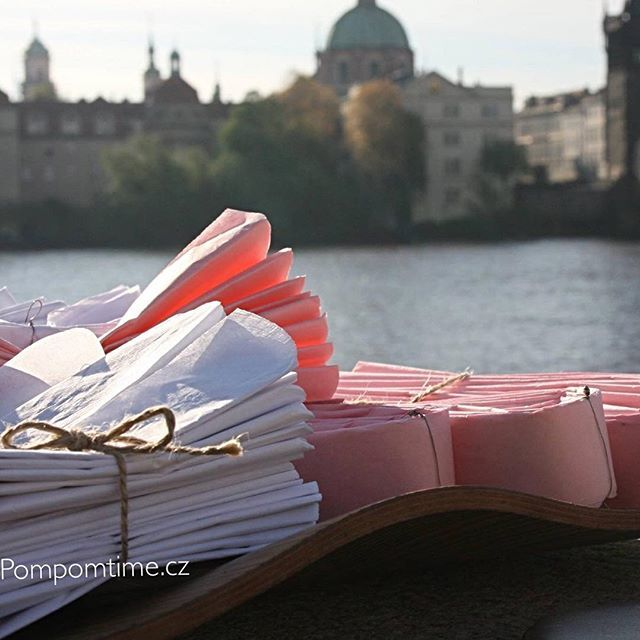 Svatební pompomky v barvě bílá a světle růžová pro nevěstu   Www.pompomtime.cz - ruční výroba   Info@pompomtime.cz   #svatebnidekorace #nevesta #svatebnisaty #kytice #pompomtime #pom #krasa #narozeniny #damskajizda #instagood #kvetiny #charlesbridge #wedding #produkce #prague #film #hedvabnypapir #obchod #pink #ruzova #agent #white #bila #praha #handmade #luxury
