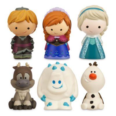 Enchantez l'heure du bain avec cet ensemble de jouets La Reine des Neiges ! Il est composé de jouets souples à l'effigie d'Anna, Elsa, Guimauve, Olaf, Kristoff et Sven, et se présente dans une mallette avec une base en filet pour évacuer l'eau.