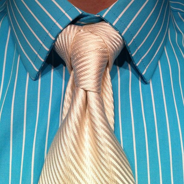 The Cape Knot, also Twitter color scheme! HowTo: http://agreeordie.com/blog/musings/580-cape-knot-how-to-tie-the-cape-necktie-knot