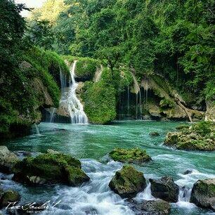 Semuc Champey- dort, wo das Wasser verschwindet. Das türkise Wasserbecken ist ein mystischer Ort in Guatemala.