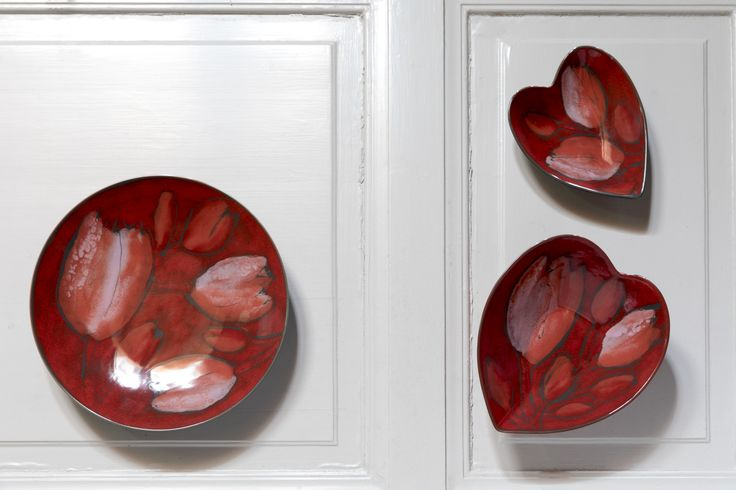 Tulppaani (Tulip) Plate | Pentik Christmas 2017 | Tulppaani (Tulip) tableware of Pentik Studio's Christmas Collection charm with their warm Christmas red shades. This plate can be used for serving and decorating. The Tulppaani series of Studio ceramics also includes a heart bowl.