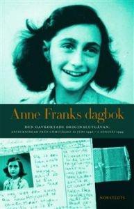 Den dagbok som den unga judinnan Anne Frank förde i familjens gömställe i Amsterdam ända fram till dagen Gestapo stormade in, har blivit en klassiker, både för barn och vuxna.   I den utgåva som kom ut på Norstedts våren 2005 blir bilden av Anne Frank betydligt mer komplicerad och därmed äkta. Här finns hela hennes beskrivning av den besvärliga relationen till modern. 4 ex