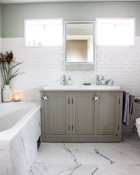 Ekte Interiør valgte fliser fra oss da de totalrenoverte badet fra 70-tallet! De har brukt Self Natura White på veggene, og Lea Dreaming Bianco på gulvet og i dusjen.#flisekompaniet