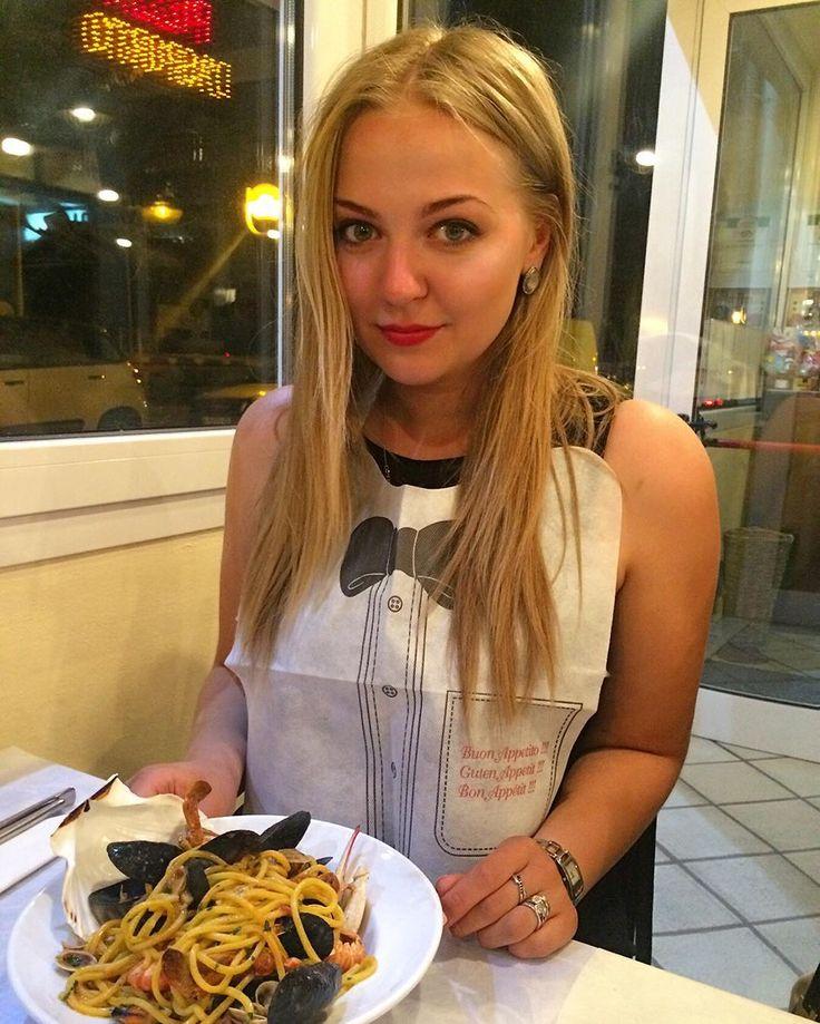 Не часто я делаю фотографии с едой но не так уж часто на меня надевают такие милые слюнявчики и не так часто подают такую вкуснющую пасту с морепродуктами красоты которой к сожалению на этом фото не видно #italy #rimini #holiday #pasta #слюнявчик #римини #италия #отпуск by chulaevskaya