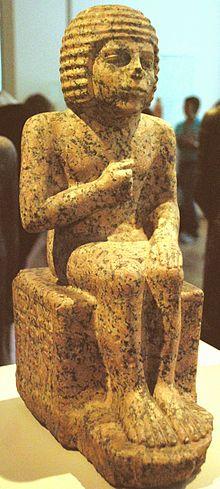 IIIe dynastie   2740/2573 BC  Memphis, capitale de la double royauté égyptienne, est bâtie autour de son palais royal   l'ensemble funéraire de Djéser à Saqqarah, dont l'enceinte de pierre reproduit sans doute l'image de l'enceinte de briques crues du palais royal, à l'intérieur de laquelle étaient érigées des constructions de structure légère, utilisant largement le clayonnage végétal (décors de faïences bleues imitant les roseaux dans les galeries souterraines de la pyramide).