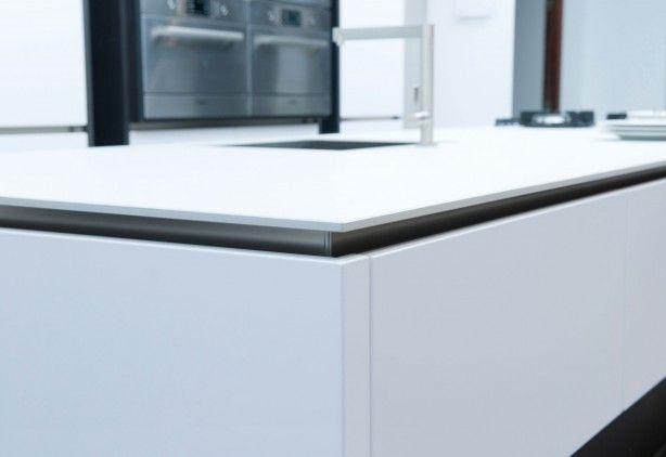 Zeer dun werkblad van keramiek. Tegenwoordig zien we steeds meer dunne werkbladen voor in de keuken. Dit keramische werkblad is slechts 1 centimeter dik. Het geeft de keuken een sierlijk uiterlijk. Dekker