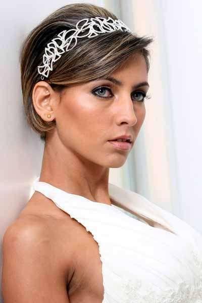 Semplice caschetto impreziosito da un cerchietto - Tra le acconciature sposa per capelli corti domina l'utilizzo di eleganti cerchietti.