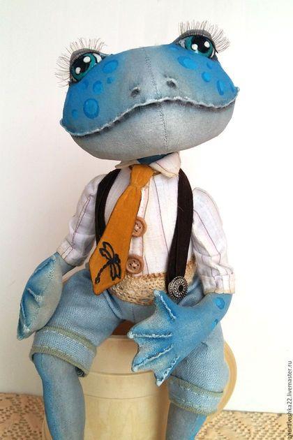 Купить или заказать Парочка голубых лягух. Текстильная кукла. в интернет-магазине на Ярмарке Мастеров. Лягушка -- символ достатка и благополучия. Эти текстильные куклы выполнены в технике грунтованный текстиль. Куклы сшиты из бязи и покрыты акриловыми красками. Лягуха в сидячем положении, но ручки и лапки армированы, им можно придать фиксированное положение. Голова наклоняется и немного крутится. Наряд выполнен из хлопка, хлопковых кружев.