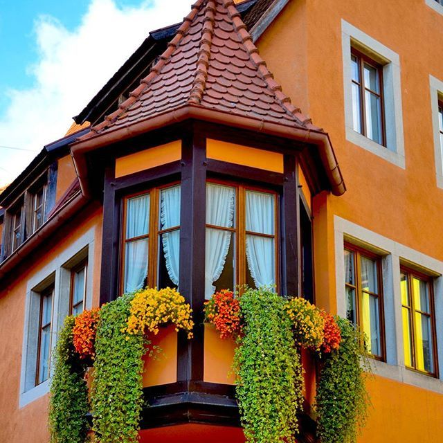 Pretty houses like these all over Rothenberg make walking down the streets even more pleasurable. The peach paint, the window curtains or the curtain of hanging plants...couldn't decide which was the highlight.  #rothenbergobdertauber  #Germany  #ilovegermany  #bavaria  #germany🇩🇪 #germantown  #rothenberg #houses  #windows  #houses_ofthe_world #igtravel #streetlife #streetphotographer #streetphotography #ig_travel  #instatravel #igworld_global #travelphotographer #instapassport…