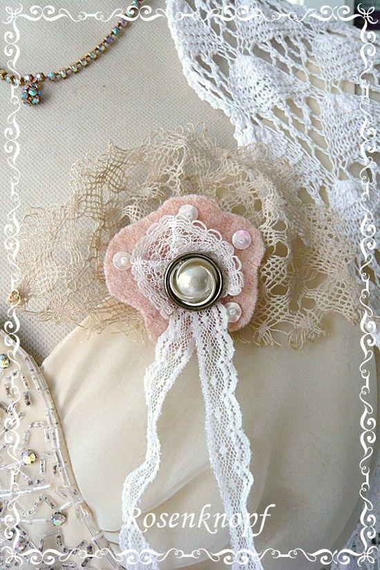 Einzigartige, im Shabby Stil gearbeitete Brosche aus Vintage Klöppelspitzen, Walk, Knopf, Pailletten mit Perlen♥