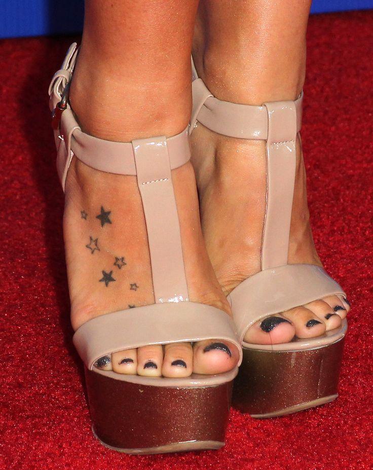Joanna 'JoJo' Levesque's Feet << wikiFeet
