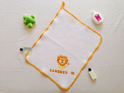ilfilodelleidee: Set asilo hand made con leone e nome: bavaglino, asciugamano e…