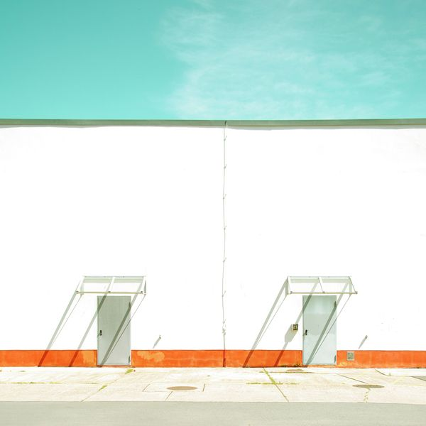 Studie Zwei, minimalistic photography by Matthias Heiderich | white wall, blue sky and orange strip