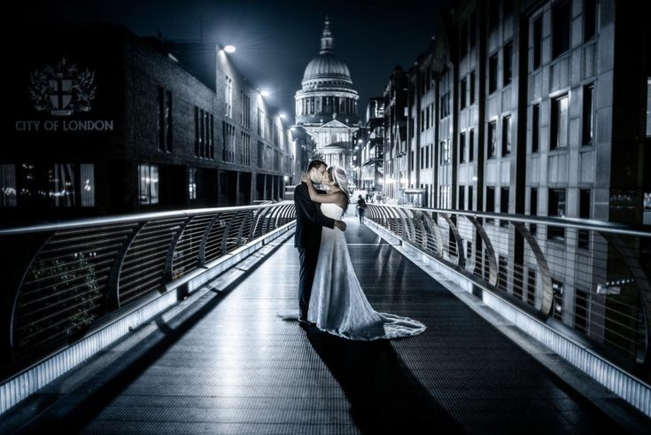 City-of-London Wedding in Athens – Next day photoshoot in London Ο καθολικός γάμος του Στάθη και της Στέφ στην Αθήνα έγινε τον Ιούλιο του 2015 σε καθολική εκκλησία στη Βούλα, ακολούθησε δεξίωση …