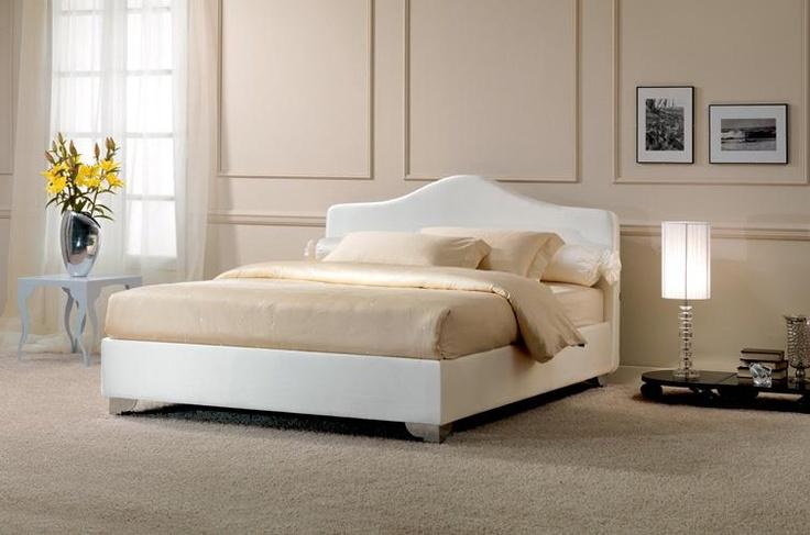 FACILE LUXURY rivestito in raso bianco e biancheria in raso di cotone ricamato. Una testiera sinuosa ed elegante per notti principesche.