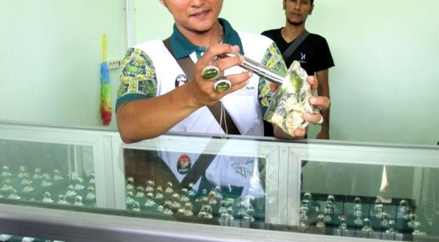 Seorang pencinta dan penjual batu cincin Aceh memperlihatkan bongkahan batu alam (giok) yang belum diolah.  Foto : Baihaqi