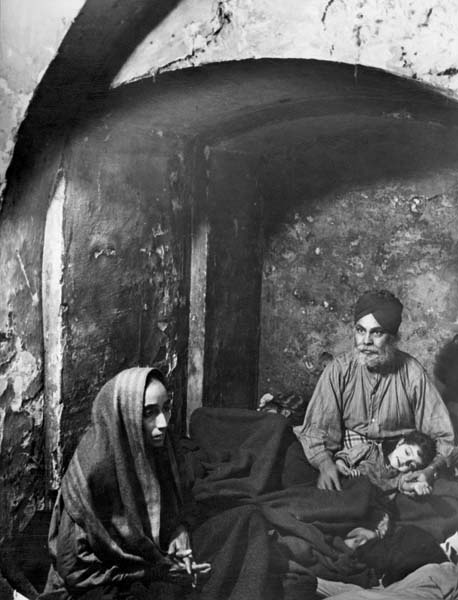Bill Brandt, A Sikh family sheltering in alcove (London, 1940)