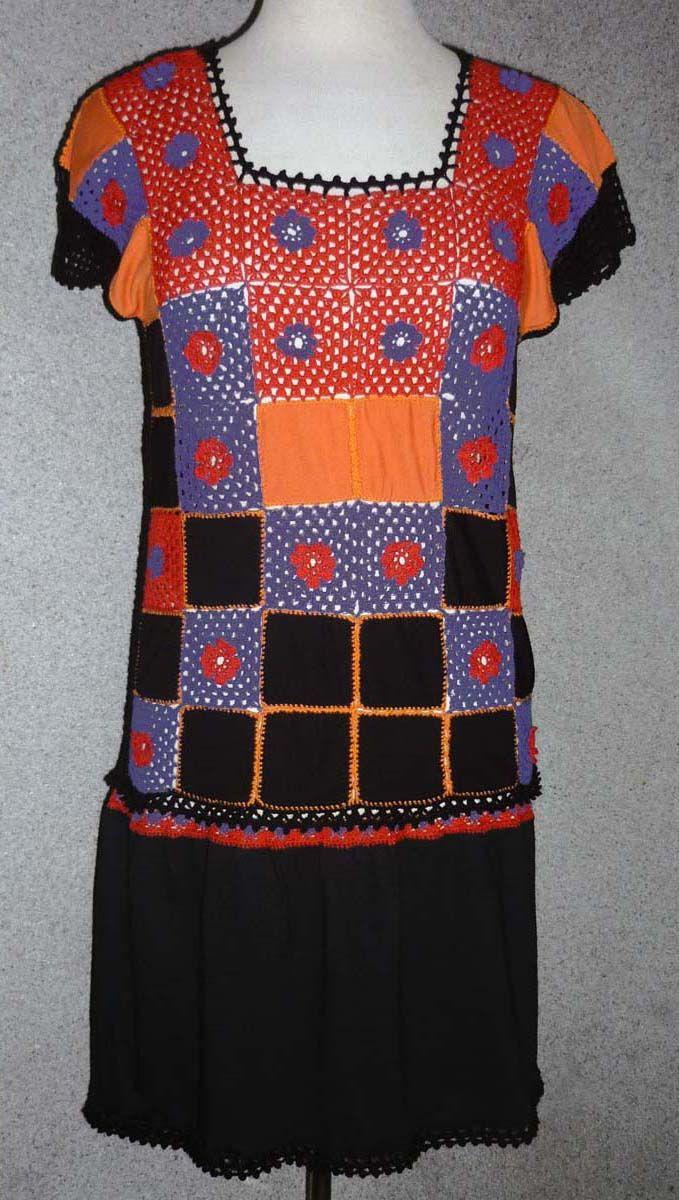 Vestido elaborado con tela jersey en colores naranja y negro y tejido a crochet en hilos rojo y lila, talla M
