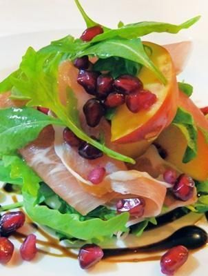 4 yummy lunch upgrades, including this parma ham, peaches, and pomegranate salad!
