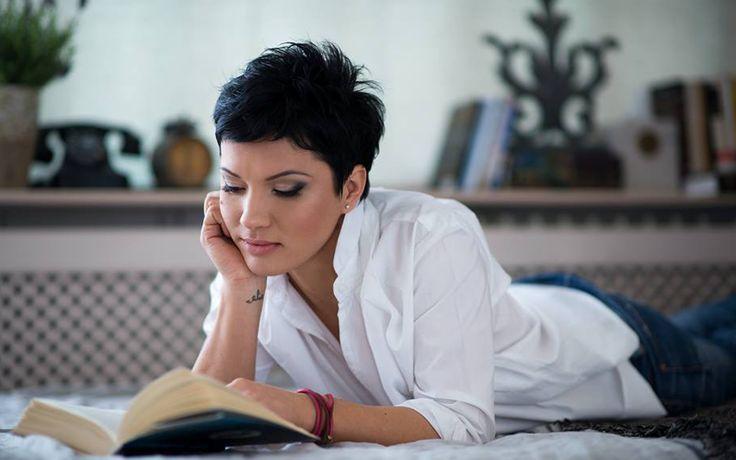 """Interviu cu Petronela Rotar: """"Nu poţi scrie fără să citeşti mult. De fapt, nu înţeleg nici cum poţi trăi fără să citeşti…""""   Hyperliteratura"""