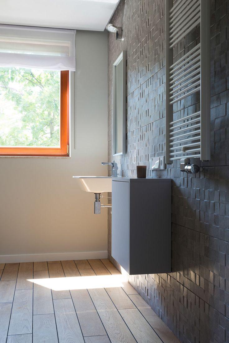 Minimalistyczna forma łazienki pozwala odkrywać urodę detali. #bathroom #woodflor #grey #homedecor #interiordesign