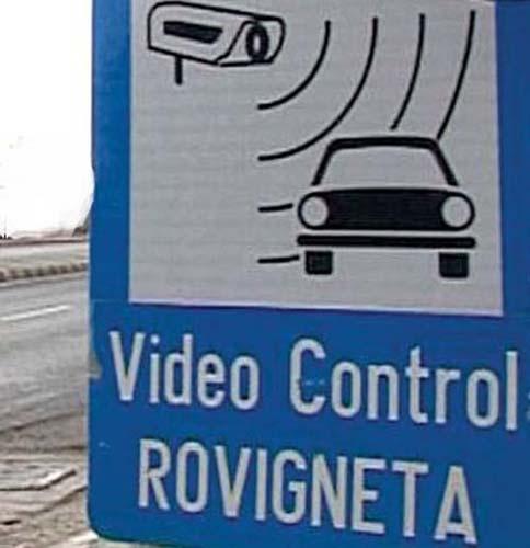 Trei camere video vor supraveghea traficul rutier în Vrancea. Până la montarea lor însă, şoferii vor fi verificaţi de echipajul mobil al Direcţiei Regionale de Drumuri şi Poduri Iaşi, dar şi de poliţiştii Serviciului Rutier, care au fost dotaţi cu două PDA-uri. Conducătorii auto, care nu şi-au achitat taxa de drum, vor primi amenzile acasă, în plic.