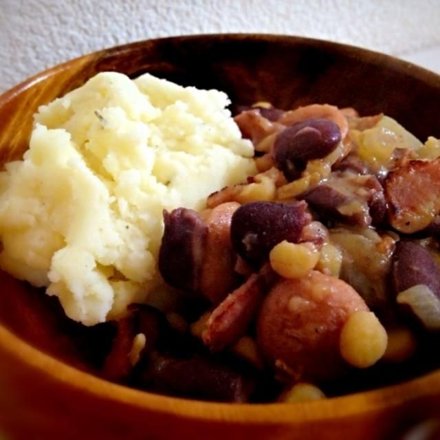 本当は黒豆?と豚の塩漬けを入れて作るブラジル料理 今回は手軽に金時豆の缶詰と、チャナダルを使用! おうちで簡単おいしいブラジル料理ができました◎ ブラジルでは芋の粉をかけて食べるらしいが、ないのでガーリックが効いたマッシュポテトを添えて♡ - 161件のもぐもぐ - 金時豆でフェジョアーダ by のっちゃん