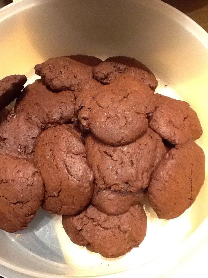 Chocolade koekjes suiker vrij. Recept : halve reep 80% pure chocolade gehakt 150gr zelfrijzend bakmeel  2 eetlepels honing 2 eetlepels cacaopoeder Een handje rozijntjes 1ei 80 gr roomboter ongezouten. Chocolade hakken Boter glad maken in de keuken machine. Dan alles erbij en mixen in de keuken machine . In huishoud folie een half uur het deeg laten rusten. Maak dan ca 20. Koekjes en bak ze af op 180 gr ongeveer 10 min.
