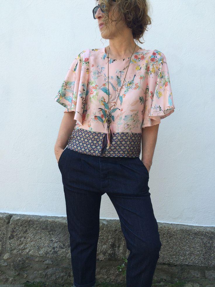 Una blusa estampada en seda, siempre encaja con el denim más clásico que veremos…